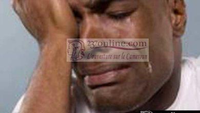 Un homme en pleurs