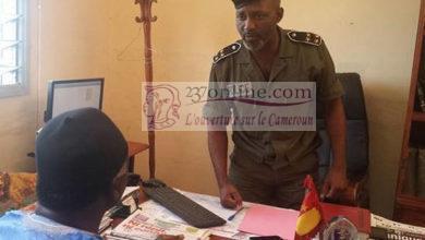 Un policier interrogeant