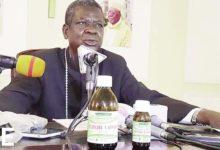 Samuel Kleda presentant ses medicaments miracles contre la covid-19