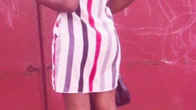 Uen fille en mini robe