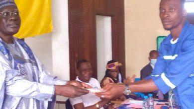 Le MINJEC fait un don aux ex-combattants ambazoniens presents au CNDDR